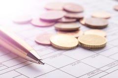Stapel euro euro muntstukken op oude zwarte houten lijst Pen en boekhoudingsdocumenten met aantallen royalty-vrije stock afbeeldingen