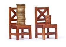 Stapel Euromünzen auf Holzstühlen Stockfoto