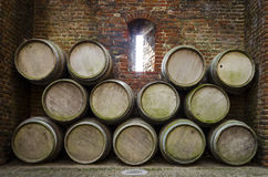 Stapel Fässer innerhalb eines Schlosses Stockfoto