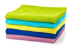 Stapel farbige Badezimmertücher Stockfoto