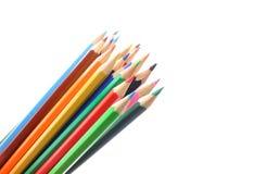 Stapel farbige Bleistifte auf weißem Hintergrund Lizenzfreie Stockfotos
