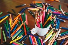 Stapel farbige Bleistifte in einem Glas lizenzfreie stockbilder