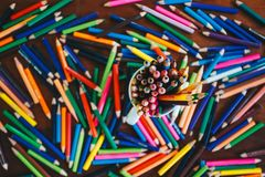 Stapel farbige Bleistifte in einem Glas stockbild