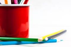 Stapel farbige Bleistifte in einem Glas auf weißem Hintergrund Stockbilder