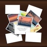 Stapel Fotos auf hölzernem Hintergrund mit Platz für Aufschrift Stockbilder