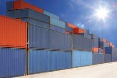 Stapel Frachtbehälter am Behälteryard mit Sonnenstrahl Stockfotografie