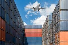 Stapel Frachtbehälter am Hafenterminal stockfotografie