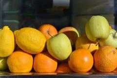Stapel frische Früchte Stockfotos