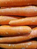 Stapel frische große orange Karotten Stockfotografie