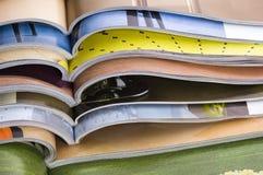 Stapel geöffnete Zeitschriften lizenzfreies stockbild