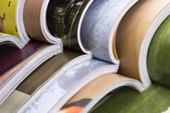 Stapel geöffnete Zeitschriften stockbild
