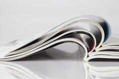Stapel geöffnete Zeitschriften Stockfotografie