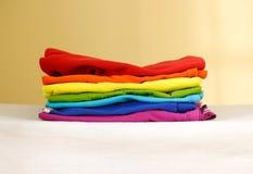 Stapel gebügeltes farbiges Leinen Stapel von Kleidung Bügelndes Konzept stockbilder
