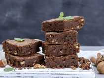 Stapel gebackene quadratische Stücke der Schokoladenkuchentorte stockfoto