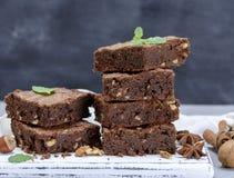 Stapel gebakken vierkante stukken van browniepastei stock foto