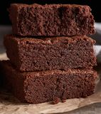 stapel gebakken vierkante stukken van de cake van de chocoladebrownie stock afbeeldingen