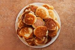 Stapel gebratene Pfannkuchen auf einer weißen Platte Stockfotos