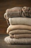 Stapel gebreide sweaters stock afbeeldingen