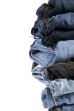 Stapel gefaltete Blue Jeans auf einem weißen Hintergrund Stockbild