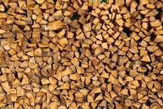Stapel gehacktes Brennholz vorbereitet für Winter lizenzfreies stockbild
