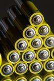 Stapel gelbe AA-Batterien schließen oben, Stromspeicherkonzept Stockfotos