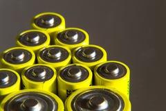 Stapel gelbe AA-Batterien schließen oben, Stromspeicherkonzept Stockbild