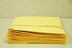 Stapel gelbe Ordner auf dem Tisch Stockbilder