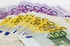 Stapel Geld mit 100 200 und 500 Eurobanknoten Stockfotos