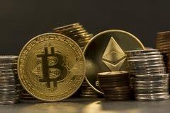 Stapel Geld und cryptocurrencies bitcoin, ethereum lizenzfreie stockfotos