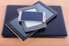Stapel gemacht von den verschiedenen Geräten: vom Smartphone ebook Leser, lizenzfreies stockbild