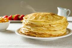 Stapel gerade von gemachten heißen russischen Pfannkuchen oder von Blini mit Beeren Lizenzfreies Stockfoto