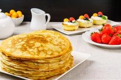 Stapel gerade von gemachten heißen russischen Pfannkuchen oder von Blini mit Beeren Lizenzfreie Stockfotos