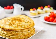 Stapel gerade von gemachten heißen russischen Pfannkuchen oder von Blini mit Beeren Stockfotos
