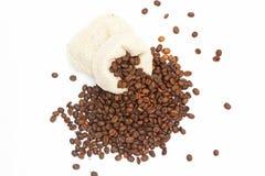Stapel geroosterde bruine die bonen in een zakzak op een mooie witte achtergrond, illustratie wordt uitgespreid royalty-vrije stock fotografie