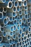 Stapel gerundete Stahlrohre Stockbilder