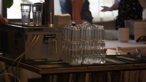 Stapel gesäuberte Gläser auf Stangenzähler, Catering an der Firmenpartei stock video