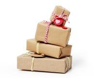Stapel Geschenkboxen auf weißem Hintergrund Lizenzfreie Stockfotos
