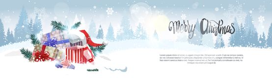 Stapel Geschenke über Winter-Forest Landscape Merry Christmas Background-Feiertags-Gruß-Karten-Design-horizontaler Fahne Lizenzfreies Stockfoto