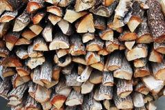 Stapel geschnittenes Feuerholz stockbild