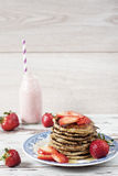 Stapel gesunde niedrige Vergaser Hafer und Bananenpfannkuchen über weißem hölzernem Hintergrund Lizenzfreies Stockbild