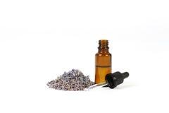Stapel getrocknete Lavendelblüte und -ätherisches Öl in weniger Flasche Stockbilder