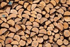 Stapel getrocknetes Brennholz Stockbild