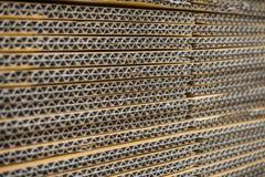 Stapel gewölbte Pappschachteln egde Ansicht des flach gedrückten boxe Stockfotografie