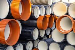 Stapel gewölbter PVC-Abwasserkanal oder Abflussrohre Lizenzfreies Stockbild