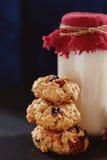 Stapel gezonde koekjes met droge abrikozen, Amerikaanse veenbessen en oatmills Stock Fotografie