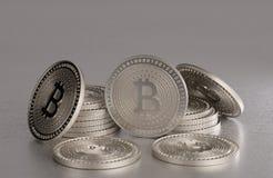 Stapel glänzende silberne bitcoins als Beispiel für blockchain und Schlüsselwährungsfächer über einer Metalltabelle Stockfotografie