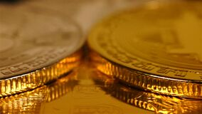 Stapel Gold- und Silber bitcoins stock video