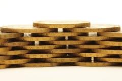 Stapel goldene Münzen getrennt auf Weiß Lizenzfreie Stockfotos