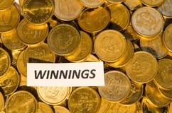 Gewinnezeichen an einem Münzenstapel Stockfotos