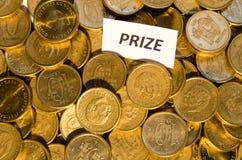 Prize Zeichen an einem Stapel goldenen Münzen Lizenzfreie Stockfotos